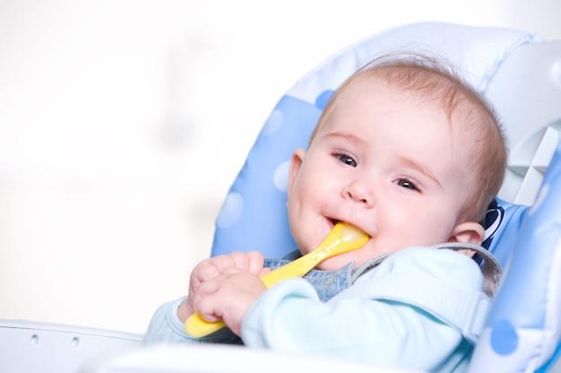 Glückliches baby mit löffel