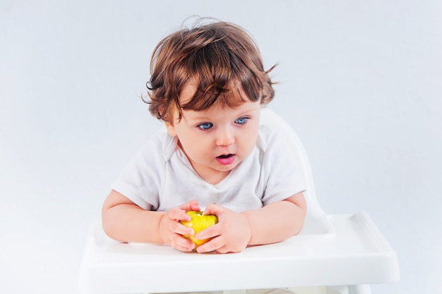 Glückliches babysitzen und -essen