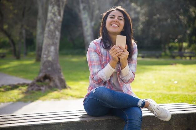 Glückliches begeistertes kursteilnehmermädchen überglücklich mit guten nachrichten