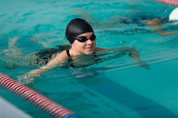 Glückliches berufsschwimmerschwimmen