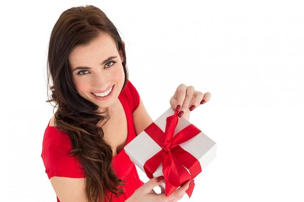 Glückliches braunes haar, das geschenk öffnet