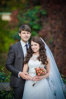 Glückliches brautpaar nach der hochzeitszeremonie