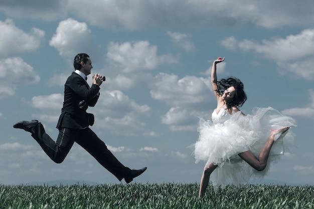 Glückliches brautpaar springen