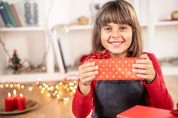 Glückliches brünettes mädchen weihnachtsgeschenk
