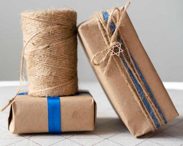 Glückliches chanukka aus papier und verpackungsgeschenken