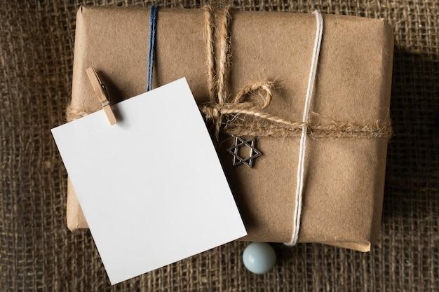 Glückliches chanukka-geschenk mit kopierraumpapier