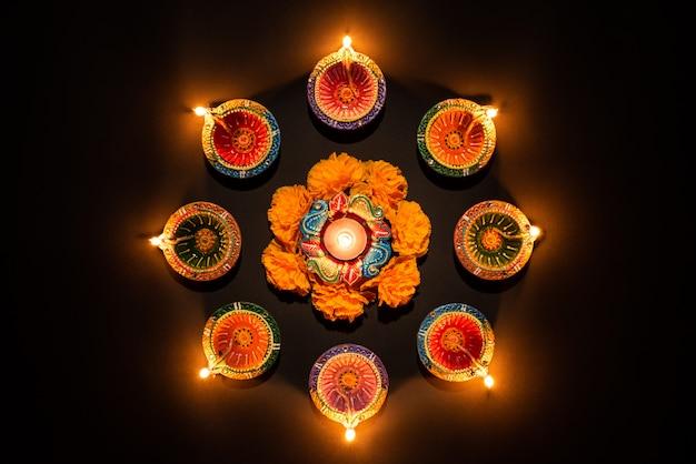 Glückliches diwali - clay diya-lampen beleuchteten, hinduistisches festival der lichtfeier
