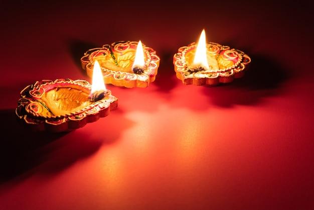Glückliches diwali - lehm diya lampen beleuchteten während dipavali, hinduistisches festival der lichterfeier.