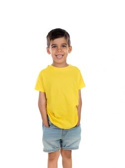 Glückliches dunkles kind mit gelbem t-shirt