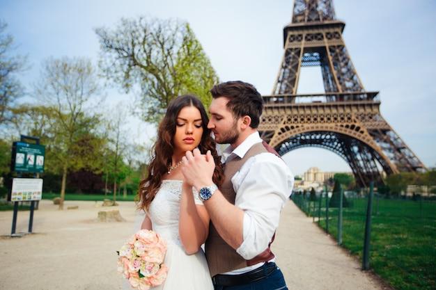 Glückliches ehepaar, das in paris umarmt