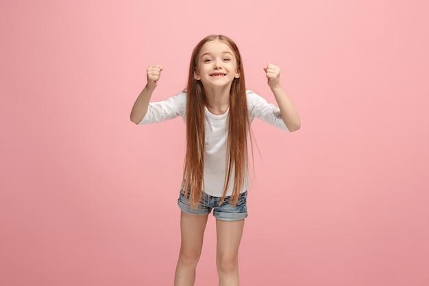Glückliches erfolg jugendlich mädchen, das ein gewinner feiert. dynamisches energetisches bild des weiblichen modells
