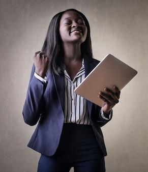 Glückliches erfolgreiches afromädchen