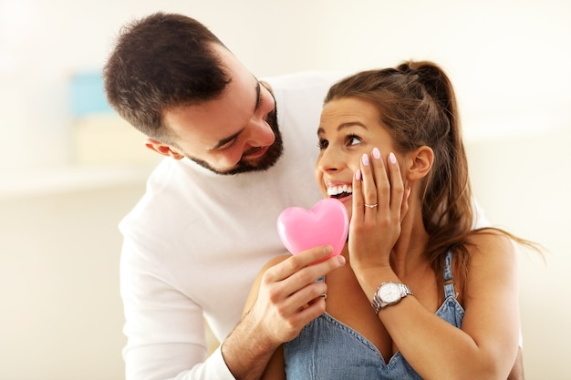 Glückliches erwachsenes paar, das aus- oder in ein neues zuhause einzieht