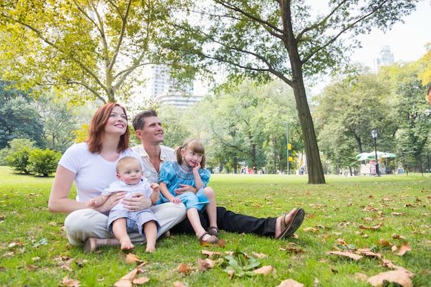 Glückliches familienbild im park