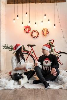 Glückliches familienpaar, das neujahr und weihnachten feiert