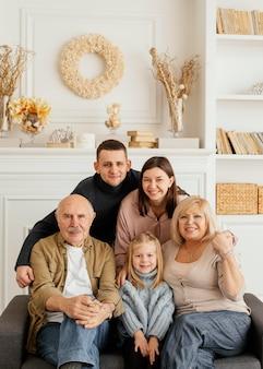 Glückliches familienporträt des mittleren schusses