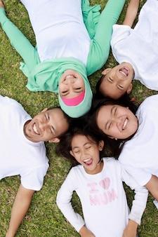 Glückliches familienporträt einer mutter und eines vaters mit ihren drei kindern