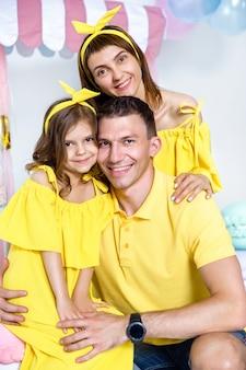 Glückliches familienporträt, konzept eines familienurlaubs.