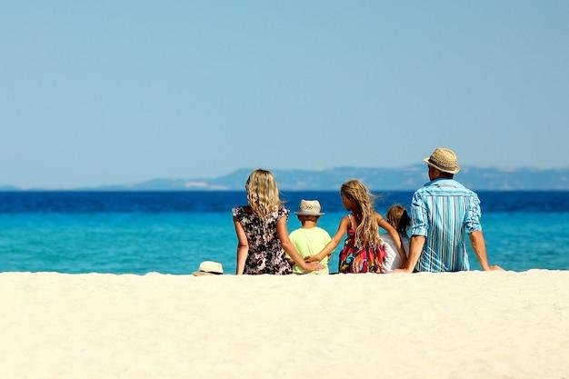Glückliches familienspiel am strand