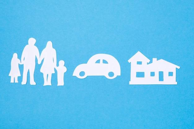 Glückliches familienwohnungs- und autokonzept. versicherung und leben schützen.
