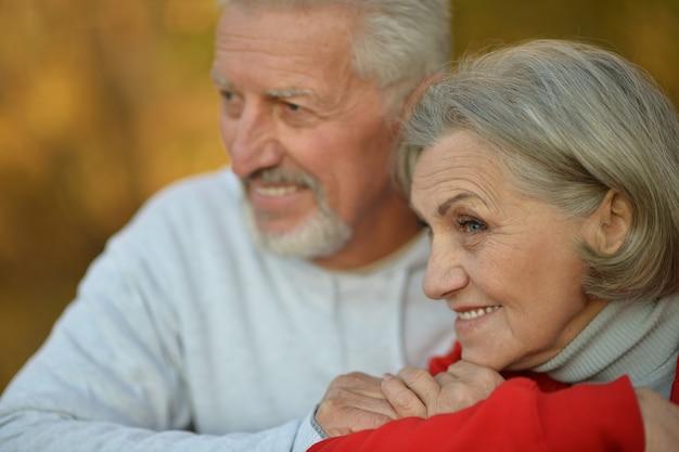 Glückliches fittes älteres paar im herbstpark