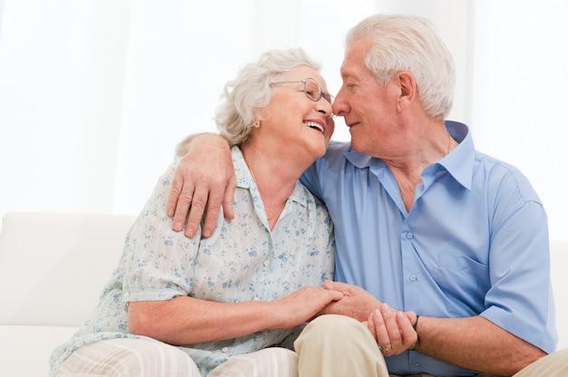 Glückliches freudiges altes paar, das liebt und den ruhestand zu hause genießt