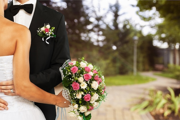 Glückliches frisch verheiratetes junges paar