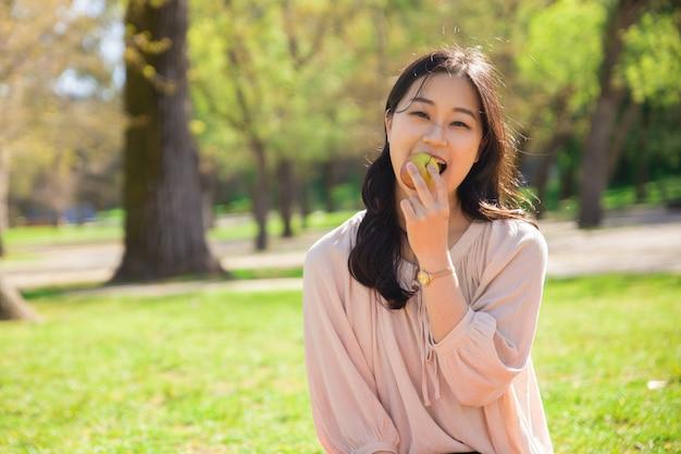 Glückliches fröhliches asiatisches mädchen, das gesunde diät hält