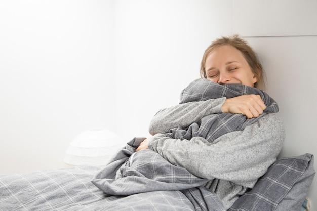 Glückliches fröhliches mädchen, das genug schlaf erhält