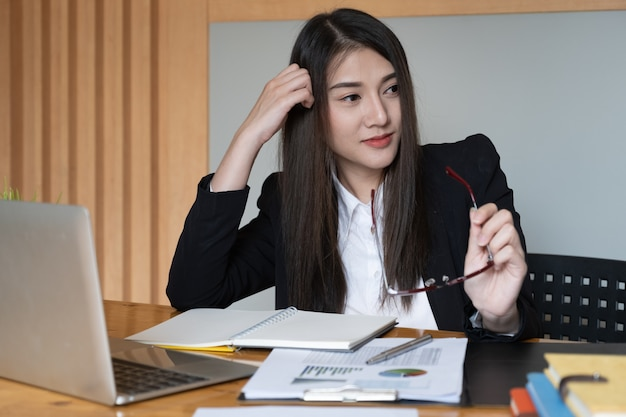 Glückliches geschäftsfrau- oder buchhalterlächeln und bereiten für arbeit härter vor.