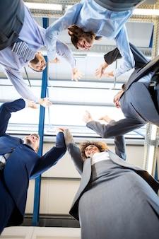Glückliches geschäftsteam hohes fiving im büro