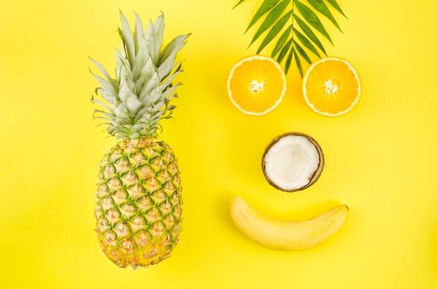 Glückliches gesicht aus exotischen früchten