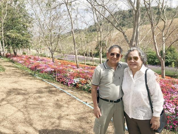 Glückliches glück des asiatischen großvaters und der großmutter im freien