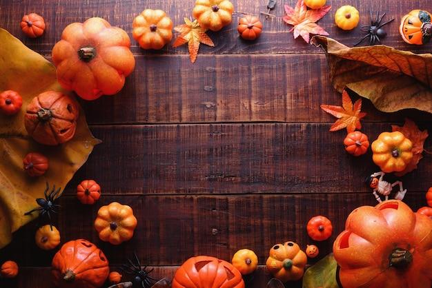 Glückliches halloween-dekorationskonzept auf draufsicht des hölzernen hintergrundes mit kopienraum.