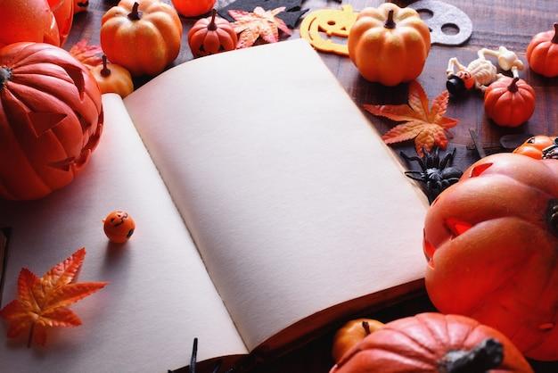 Glückliches halloween-dekorationskonzept und -buch mit kopienraum.
