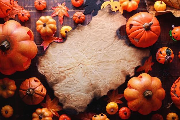 Glückliches halloween-dekorationskonzept und draufsicht des rahmenpapiers mit kopienraum.