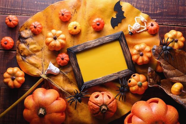 Glückliches halloween-dekorationskonzept und draufsicht des rahmens mit kopienraum.