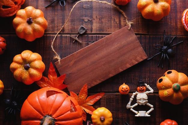 Glückliches halloween-dekorationskonzept und holzschildansicht mit kopienraum.