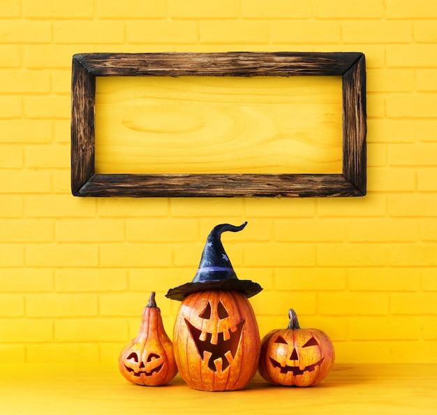 Glückliches halloween-dekorationskonzept und -rahmen auf ziegelsteinwand mit kopienraum.