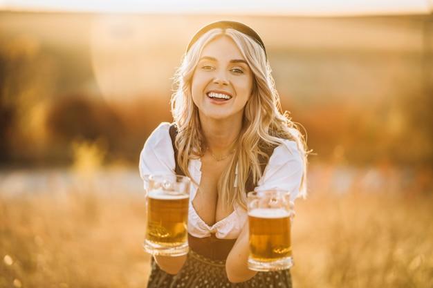 Glückliches hübsches blondes mädchen draußen