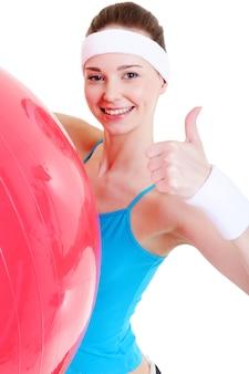 Glückliches hübsches junges mädchen mit großem fitball - nahaufnahme