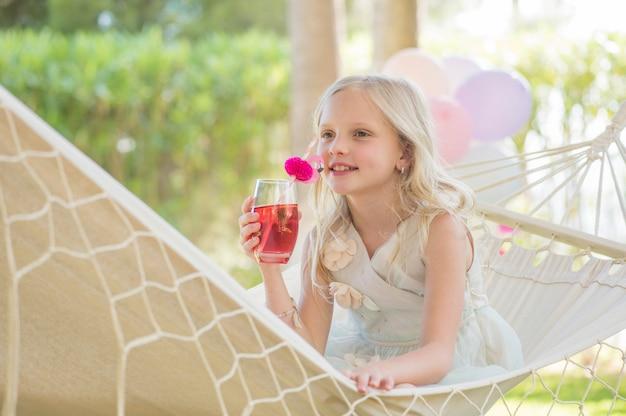 Glückliches hübsches mädchen auf geburtstagsfeier, sommerspaß
