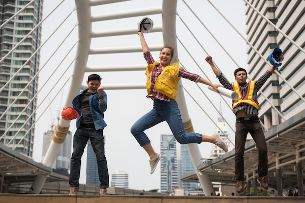 Glückliches ingenieurteam springen in stadt