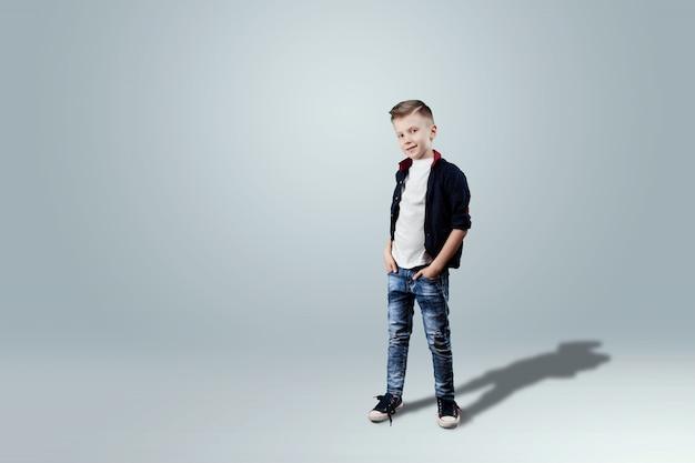Glückliches jugendlich jungenstudioporträt auf weißem hintergrund