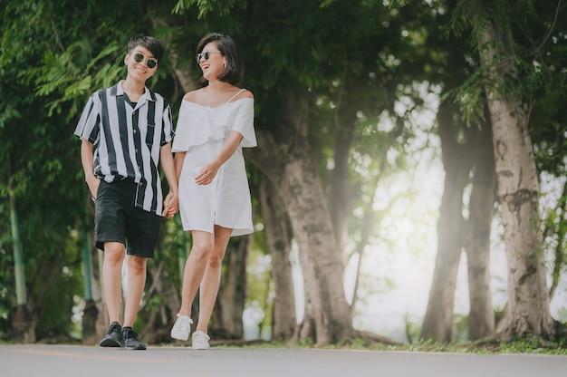 Glückliches junges asiatisches frauen-lgbt-lesbenpaar