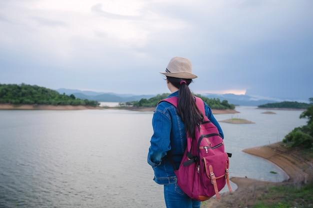 Glückliches junges asiatisches mädchen am kang kra chan nationalpark thailand