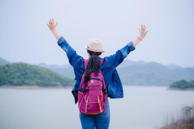Glückliches junges asiatisches mädchen bei kang kra chan national park thailand