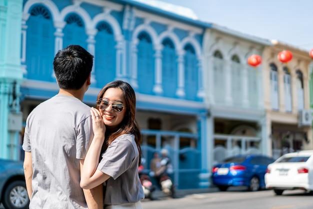 Glückliches junges asiatisches paar in der liebe, die eine gute zeit hat
