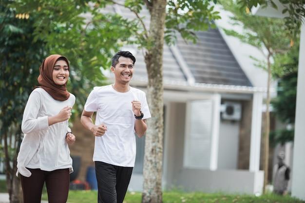 Glückliches junges asiatisches paar übung und aufwärmen