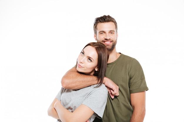 Glückliches junges liebendes paar, das isoliert steht